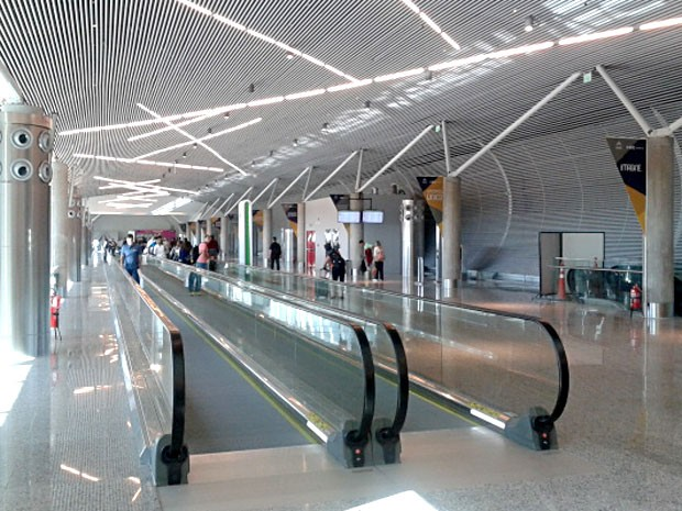 Esteiras rolantes que levam passageiros do terminal 1 à nova sala de embarque do Aeroporto JK, em Brasília (Foto: Lucas Nanini/G1)