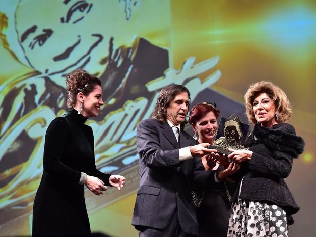Marília Pêra recebe o Troféu Oscarito em Gramado (Foto:  Edison Vara/Agência Pressphoto)