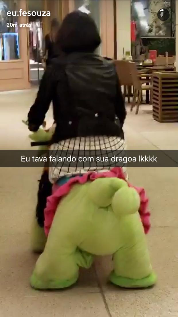 Bruna Marquezine e Fernanda Souza em shopping (Foto: Reprodução/Snapchat)