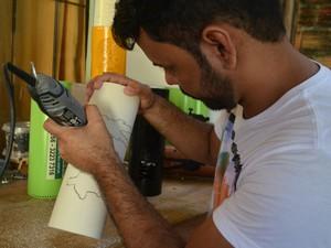 Diego Cavalcante, artesão, Amapá, Macapá, luminárias personalizadas, PVC, (Foto: Fabiana Figueiredo/G1)