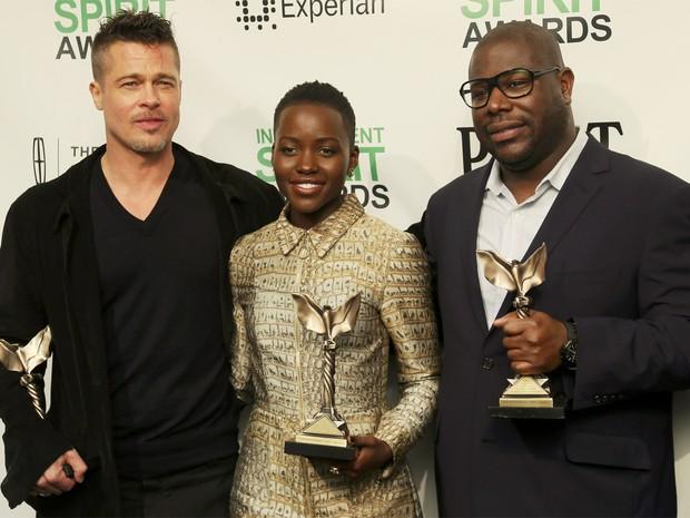 Brad Pitt, Lupita Nyong'o e Steve McQueen mostram prêmios Spirt pelo filme '12 anos de escravidão', grande vencedor da noite (Foto:  REUTERS/Danny Moloshok )