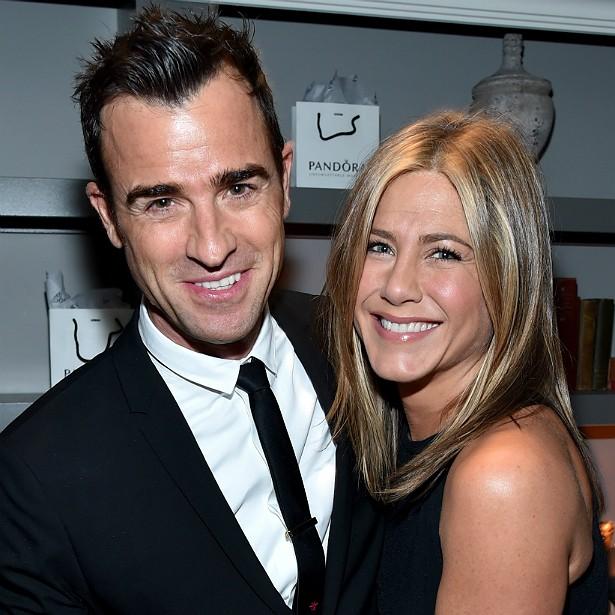 Já Jennifer Aniston seguiu sua vida. Após contracenar com o charmoso Justin Theroux em 'Viajar É Preciso' (2012), acabou se apaixonando. Dizem que o casamento desses dois vai chegar logo, logo! Será? (Foto: Getty Images)