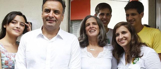 Aécio Neves é recebido por Renata Campos, viúva de Eduardo (Foto: Estadão)