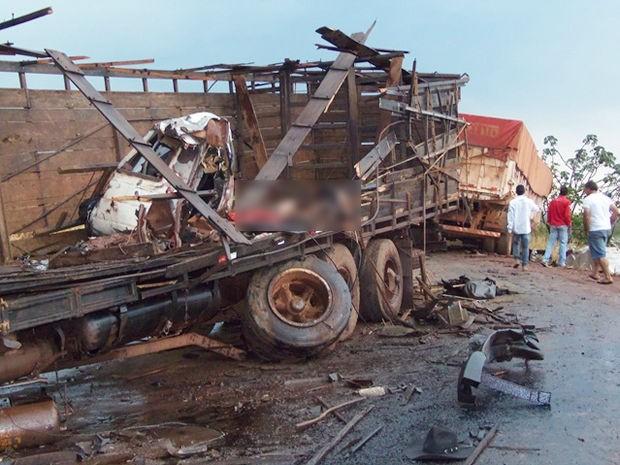 Dois motoristas morreram em acidente na MT-130. (Foto: Edgard Costa/Paranatinga News)