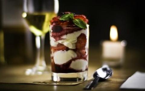 Taça de morango com chantilly e calda de frutas
