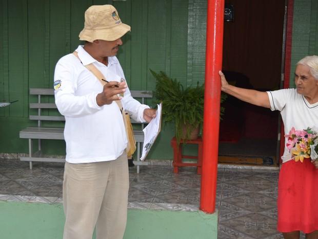 Equipes da Semusa tem como meta visitar todas as casas de Cacoal até o dia 31 de janeiro para orientar a população sobre o combate ao Aedes Aegypti. (Foto: Rogério Aderbal/G1)