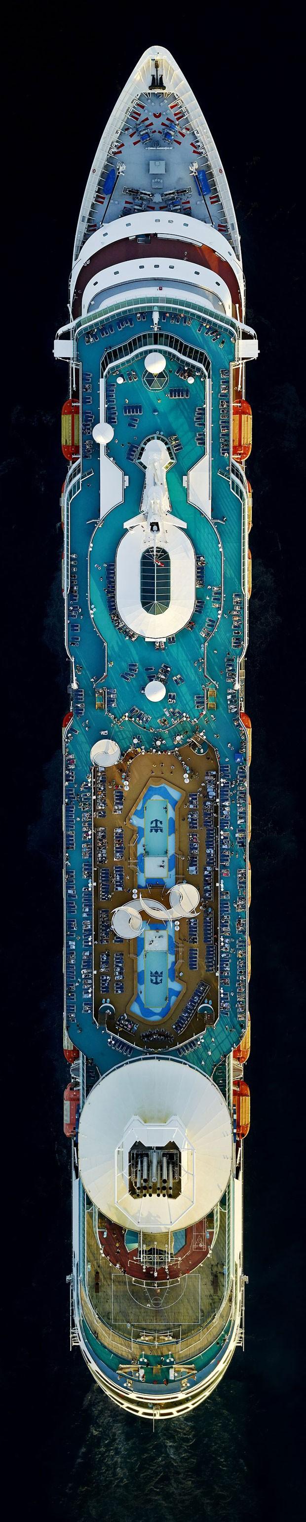 Passageiros do cruzeiro Majesty of the Seas, da Royal Caribbean, parecem formiguinhas vistas no deque ao redor das piscinas (Foto: Jeffrey Milstein/REX)