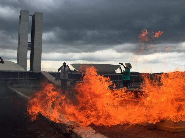 Manifestantes queimaram, dentro de um caixão, imagens da presidente Dilma Rousseff e do PT (Foto: Alexandre Bastos/G1)