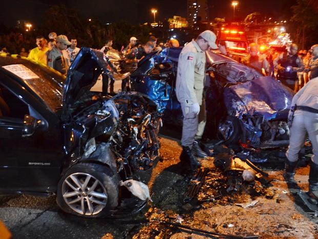 Colisão frontal entre dois veículos deixou um adolescente de 16 anos morto e um homem ferido (Foto: Walter Paparazzo/G1)