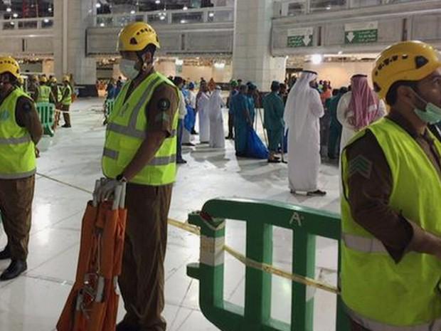 Homens da Defesa Civil da Arábia Saudita trabalham no local do acidente (Foto: Reprodução/Twitter/KSA_998)