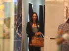 Gracyanne Barbosa passeia em shopping do Rio com look sério