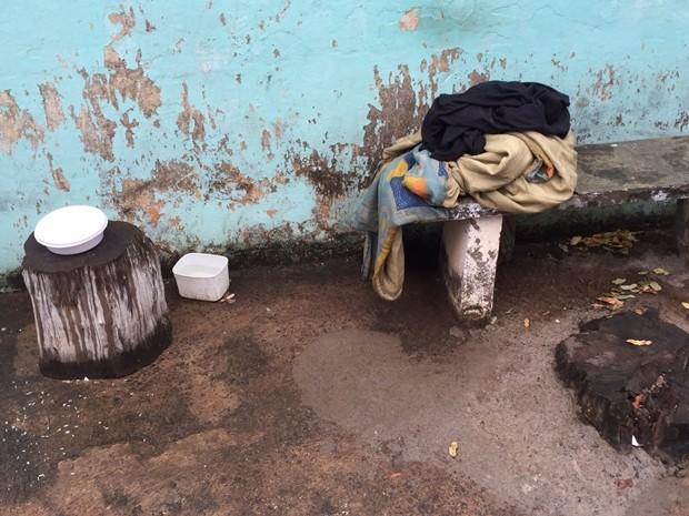 Banco em frente ao bar onde cadela e dono dormiam  (Foto: Eduardo Fonseca / TV TEM )