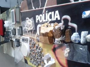 Eletrônicos, celulares e drogas foram apreendidos  (Foto: Michelly Oda / G1)