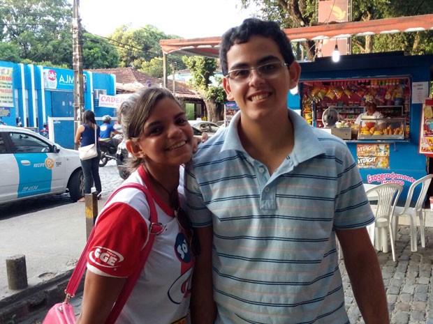 Adrielly de Almeida e Hilton Gama acharam a prova de linguagens fácil (Foto: Marina Barbosa / G1)