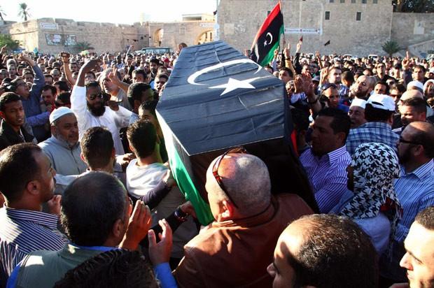 Pessoas carregam o caixão de uma vítima morta no tiroteio de sexta-feira em Trípoli, na Líbia.  (Foto: AFP Photo/STR)