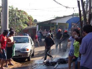 Objetos foram queimados durante o protesto dos moradores no Morro Santa Tereza (Foto: João Laud/RBS TV)