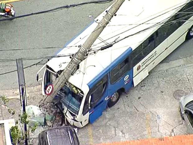 Ônibus colide em poste na Zona Norte de SP e deixa 12 vítimas  (Foto: Reprodução TV Globo)