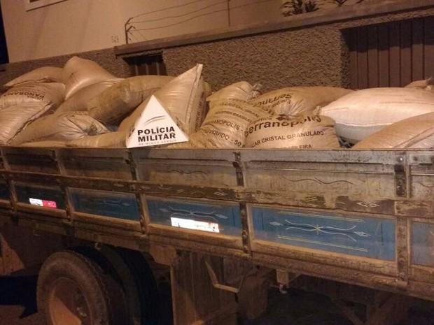 Polícia consegue recuperar carga de feijão roubada em Alfenas (Foto: Polícia Militar)