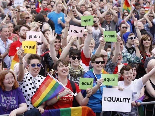 Apoiadores do 'sim' festejam resultado em Dublin após referendo que aprovou casamento gay (Foto: Peter Morrison/AP)