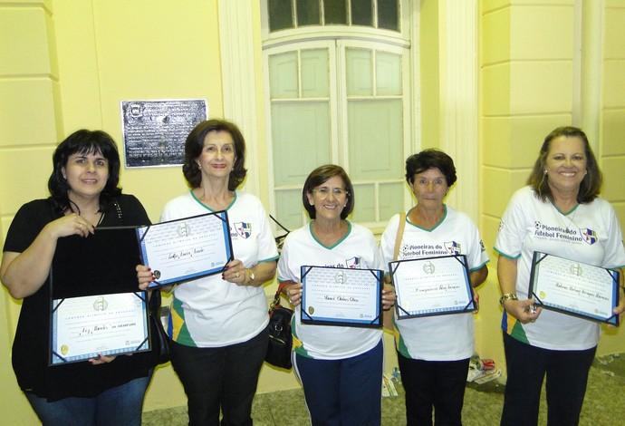 Pioneiras do futebol feminino de Araguari-MG, Araguari Atlético Clube, recebem homenagem da cidade em passagem da Tocha Olímpica (Foto: Teresa Cristina/Arquivo Pessoal)