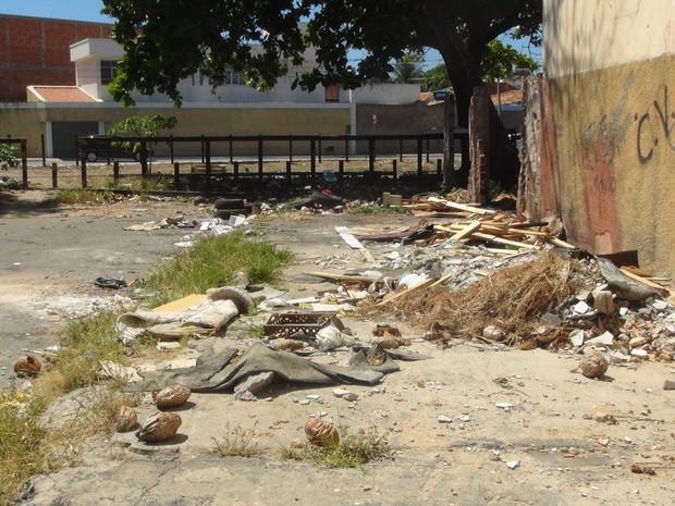 Lixo toma conta das ruas de Maceió (Foto: Michelle Farias/G1)