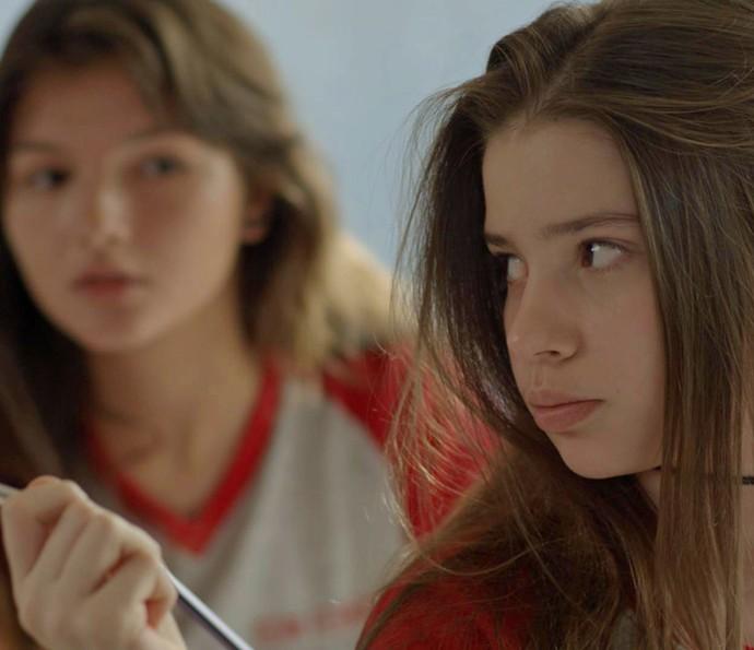 Manuela empresta uma de suas canetas a Fábio (Foto: TV Globo)