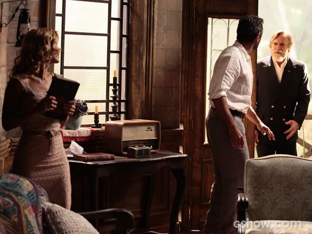 Ernest aparece no cortiço e encontra Mundo e Ioiô (Foto: Pedro Curi/TV Globo)