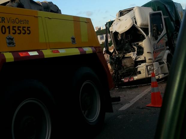 Passageiro do caminhão que colidiu na traseira do outro ficou preso às ferragens e morreu no local (Foto: Dayani Cardoso/TEM Você)