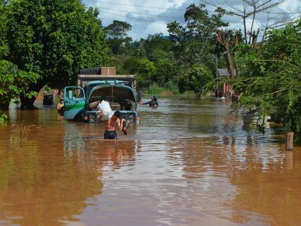 Famílias retiram móveis de casa após cheia em Jaru (Foto: Jaru Online/Reprodução)