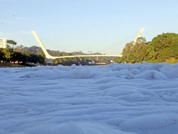 Espuma cobriu Rio Piracicaba na manhã desta terça-feira (1) (Foto: Mateus Medeiros/acervo pessoal)