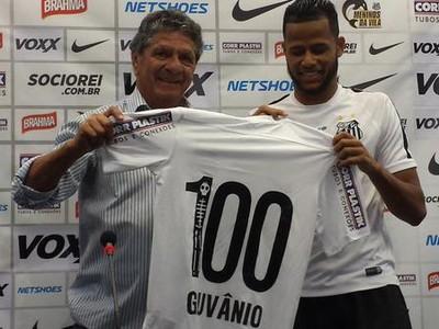 Geuvânio foi homenageado no CT Rei Pelé e recebeu camisa com o número 100 (Foto: Bruno Giufrida)