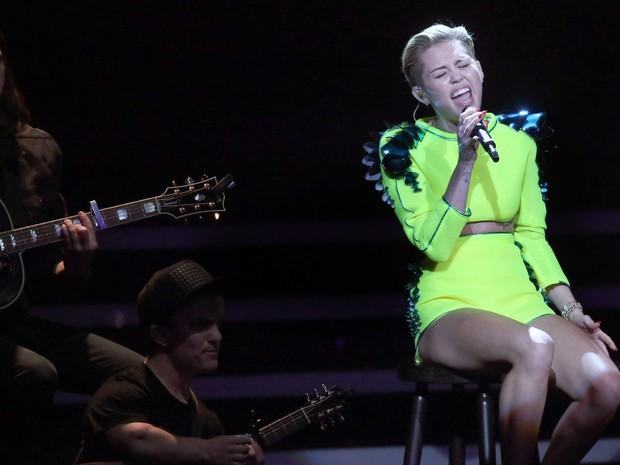Miley Cyrus se apresenta no prêmio Bambi, em Berlim, na Alemanha (Foto: Michael Kappeler/ AFP)
