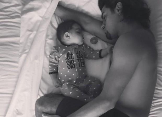 Felipe Simas e a filha, Maria (Foto: Reprodução/Instagram)