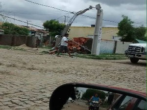 Um poste caiu e a cidade ficou sem energia durante algumas horas na terça-feira (5) (Foto: Arildo Leone de Sousa)