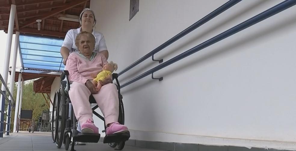 Cuidador de idoso é um dos cargos com vaga no PAT de Itapira (SP) (Foto: Reprodução/TV TEM)