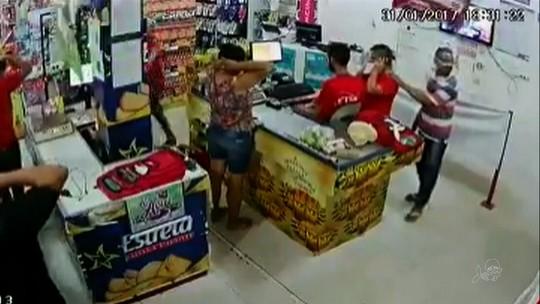 Homens assaltam supermercado no Ceará e agridem funcionária; vídeo