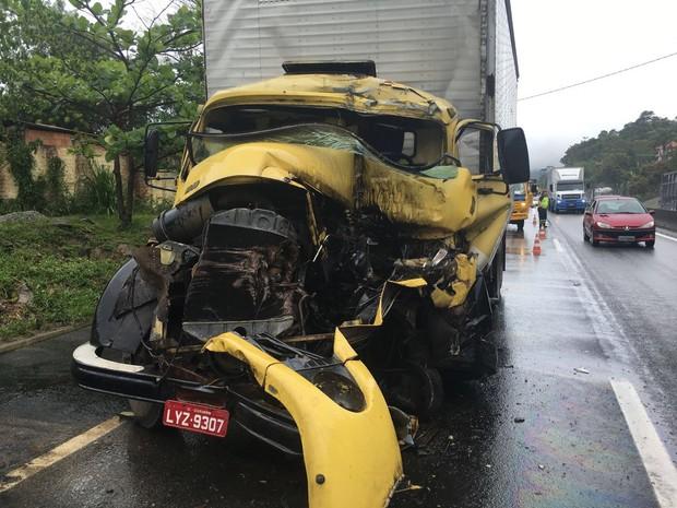 Caminhoneiro morreu depois de bater na traseira de uma Scania (Foto: PRF/Divulgação)