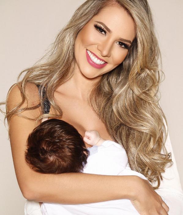 Adriana Santana amamentando o filho  (Foto: Reprodução/Instagram)