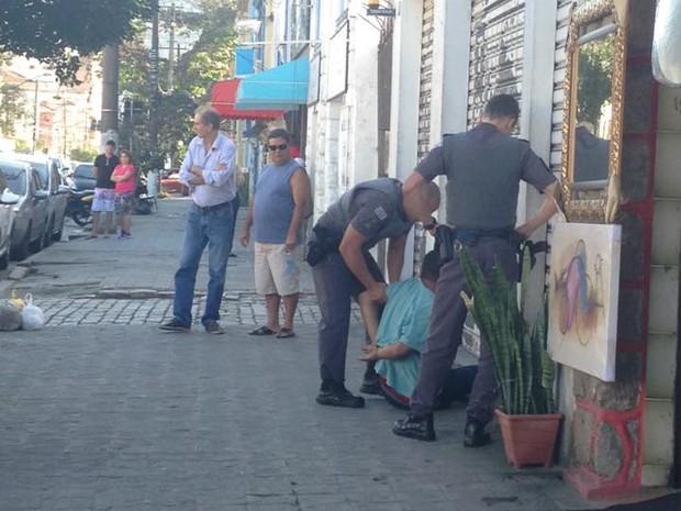 Homem foi detido por policiais miliates (Foto: Ana Paula Peixoto/Arquivo Pessoal)