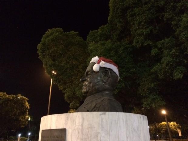 Monumento de Getúlio Vargas ganha gorro de Papai Noel no Rio (Foto: Marcos Antônio de Jesus/CBN)