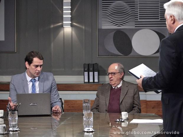 Eron dá a má notícia (Foto: Amor à Vida/TV Globo)
