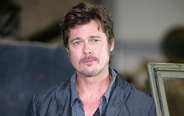 """Brad Pitt tem várias tatuagens escondidas pelo corpo. Uma delas fica no braço e diz """"Lá existe um campo, além de todas as noções de certo e errado. Eu vou te encontrar lá"""". (Foto: Getty Images)"""