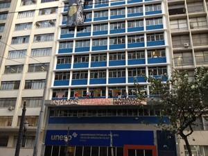 Estudantes ocupam prédio da reitoria da Unesp, no Centro de São Paulo (Foto: Lívia Machado/G1)