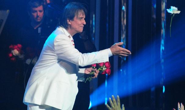 Como não podia deixar de ser, Robert Carlso distribui rosas ao final da apresentação (Foto: Renato Rocha Miranda / TV Globo)