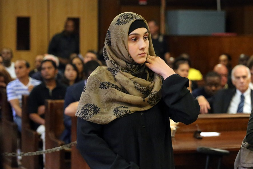 Ailina Tsarnaeva, irmã dos acusados do atentado à bomba na Maratona de Boston, nos Estados Unidos, presta depoimento em tribunal nos Estados Unidos