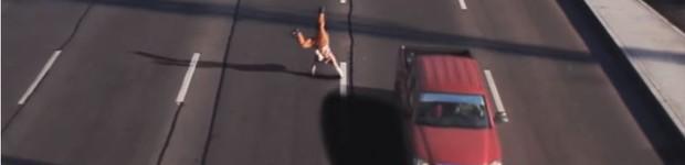 Detetive desvenda vídeo de homem que sai ileso após ter sido atropelado (Detetive desvenda vídeo de homem que sai ileso após ter sido atropelado (Rede Globo))