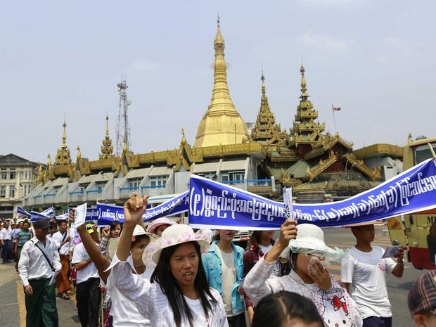 Manifestantes marcham por empregos em Mianmar. (Foto: Soe Zeya Tun / Reuters)