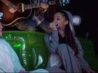 Miley Cyrus 'flerta' com Ariana Grande durante canção