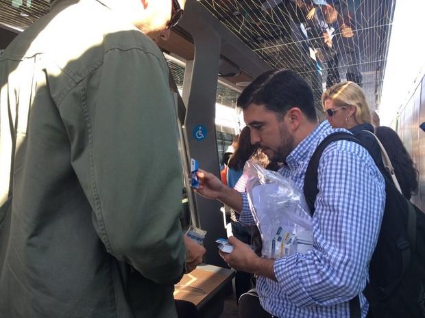 Funcionários da Riocard vendem cartões para agilizar a fila (Foto: Aline Pollilo / G1 Rio)