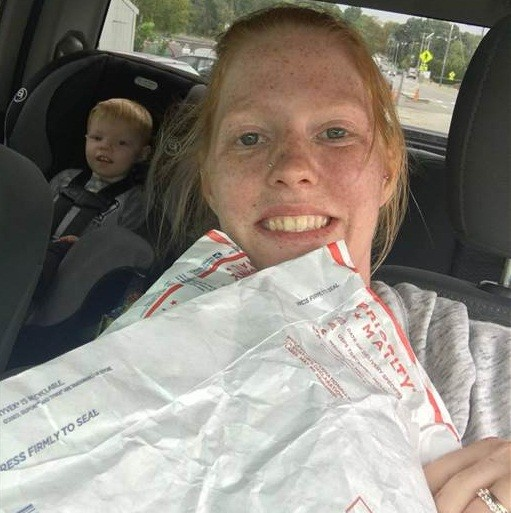 Crystal e Parker ao saír do correio com os pacotes (Foto: Reprodução)